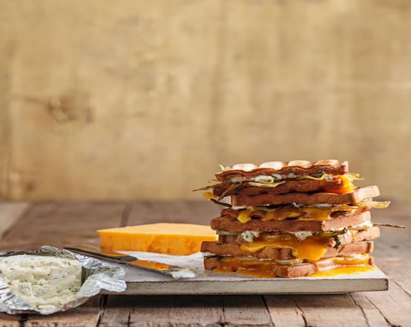 טוסט עם גבינת בורסאן וצ'דר  עם שומר צלוי 