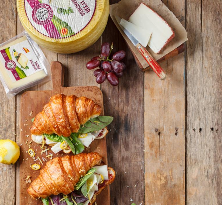 קרואסון עם גבינת קברה, ריבת פטל וצ'ילי 