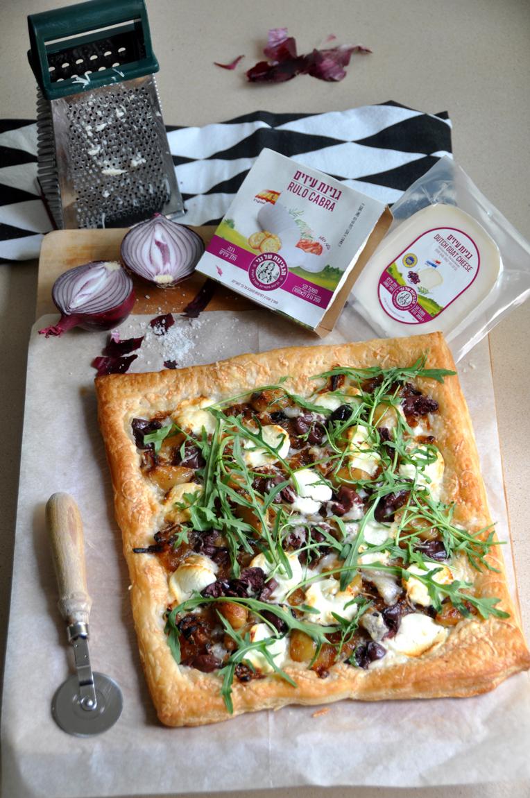 פיצה עם גבינת עיזים עם בצל, שום קונפי, זיתי קלמטה