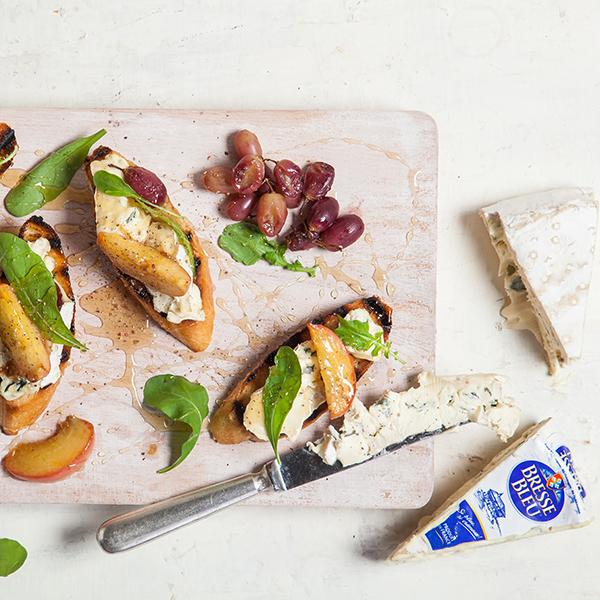 ברוסקטות עם אפרסקים צלויים, גבינה כחולה ועלים ירוקים