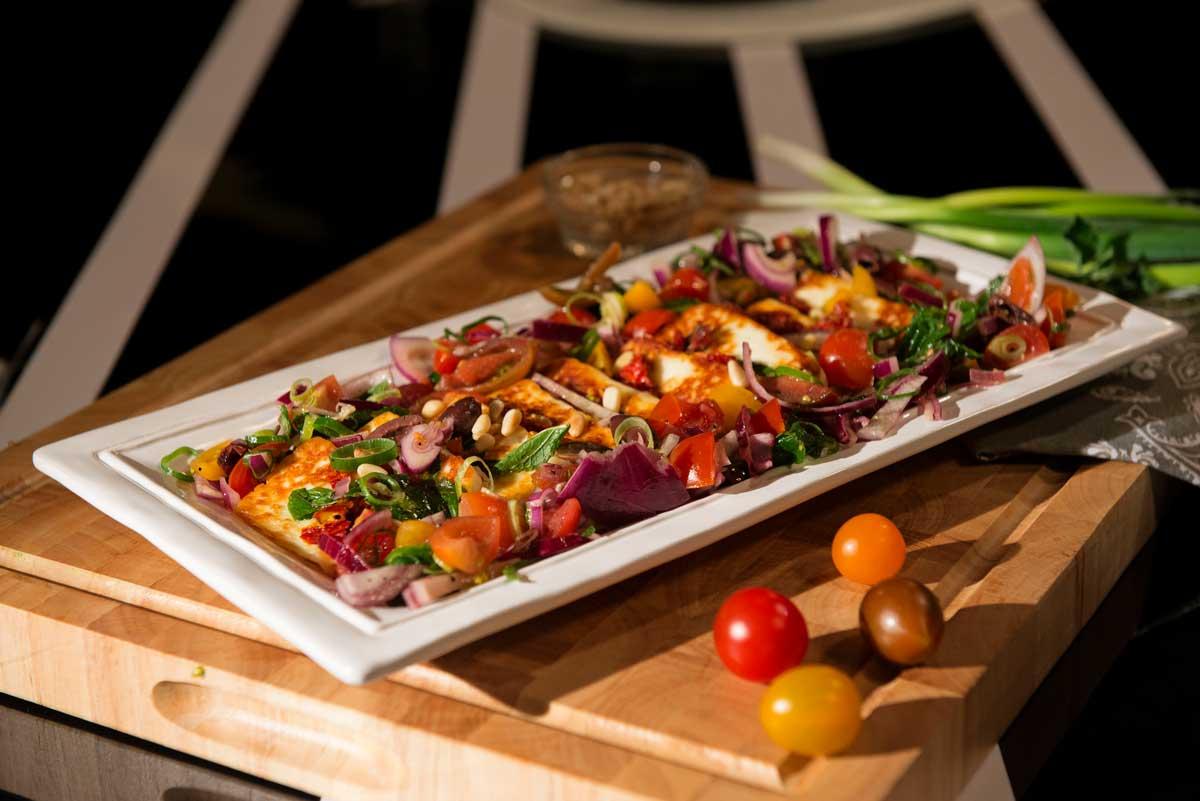 סלט עגבניות שרי עם זיתים עשבי תיבול וגבינת חלומי קפריסאית מקורית
