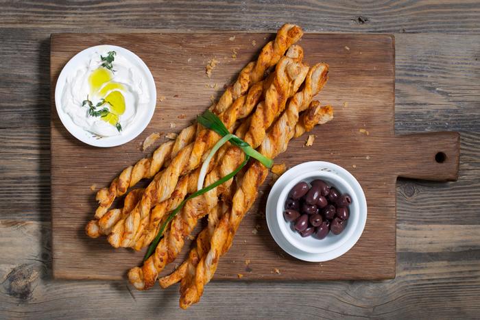 מקלות גבינה עם קשקבל וגרנה פדנו
