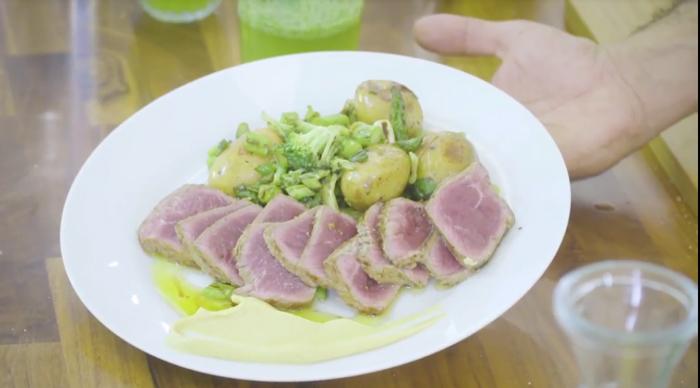 מתכון של סינטה צרובה על ירקות קלויים וצלויים עם חרדל