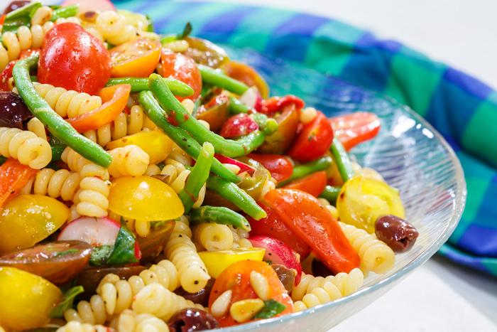 סלט פסטה עם ירקות, אנשובי וויניגרט לימוני