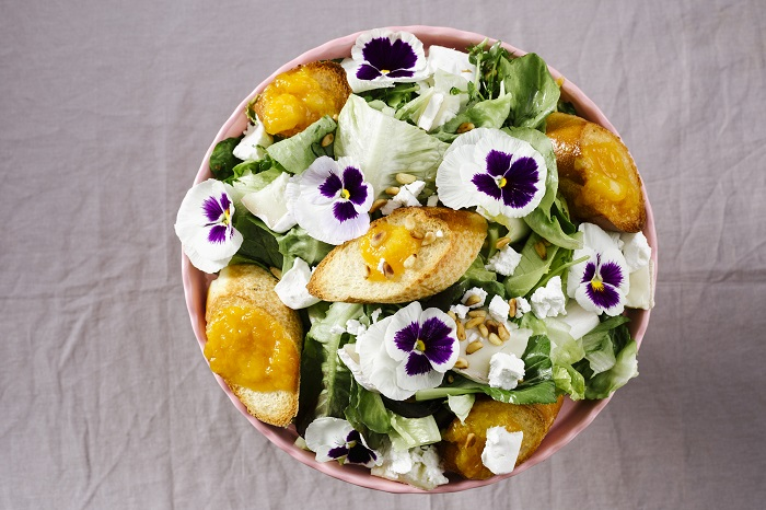 סלט עלים גבינות וריבת פרי ישראלית
