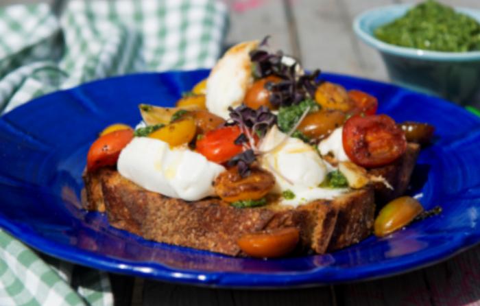 ברוסקטה עם עגבניות, בסלמי ומוצרלה