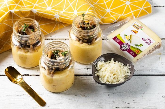 פולנטה עם תירס טרי וגבינות שמגישים עם פטריות צרובות וטימין